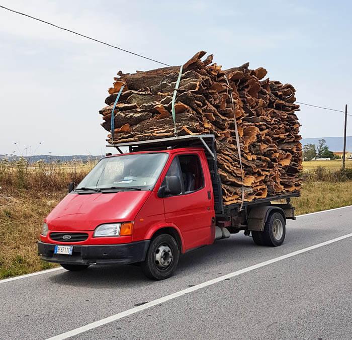 de lading kurk is groter dan het vrachtwagentje